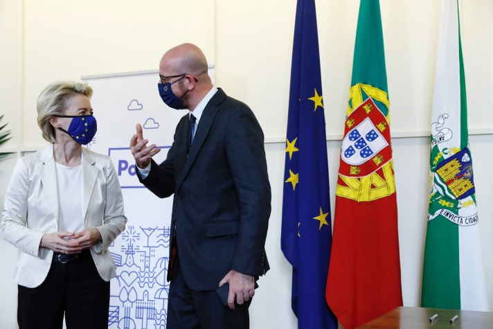 La présidente de la Commission européenne, Ursula von der Leyen, et Charles Michel, président du Conseil européen, lors du sommet social de l'Union le 7 mai à Porto.